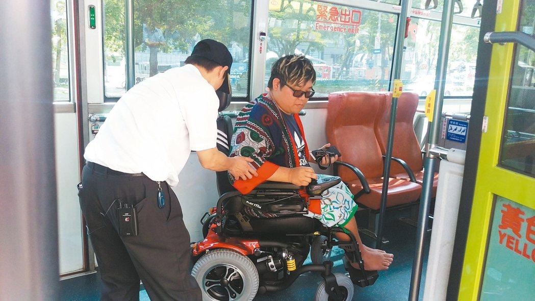 身障者胡庭碩搭公車。 記者楊正海/攝影