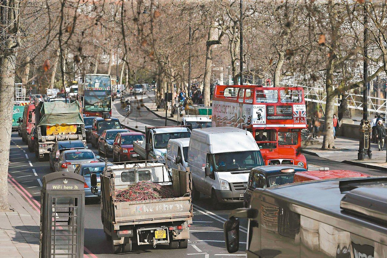 倫敦市中心常見車水馬龍。為抑制空氣汙染,英國政府宣布將在二○四○年全面禁售汽柴油...