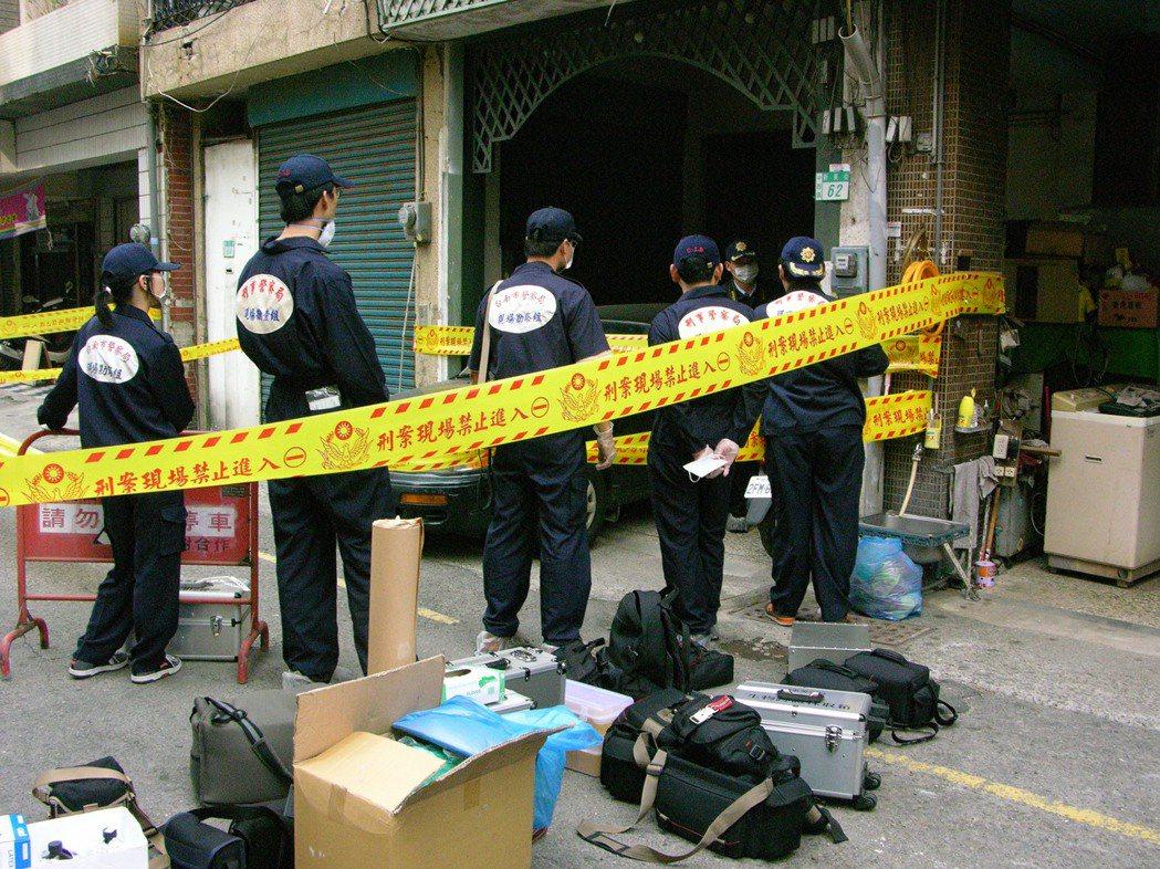 刑事警察局鑑識中心人員攜帶大批鑑識器材,事後重返新美街雙屍命案現場採證。 圖/本...