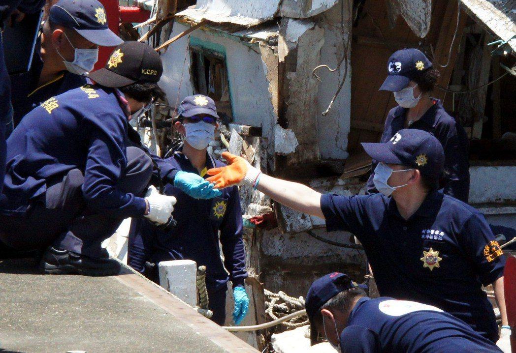 雄三飛彈誤射案,警方鑑識人員在漁船上找到可疑的非漁船船體碎片,檢驗證實與雄三飛彈...