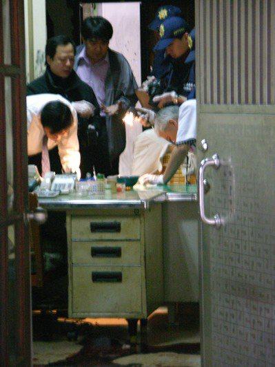2007年4月3日台南市新美街發生雙屍命案,檢察官和警方鑑識人員在現場採證。 圖...