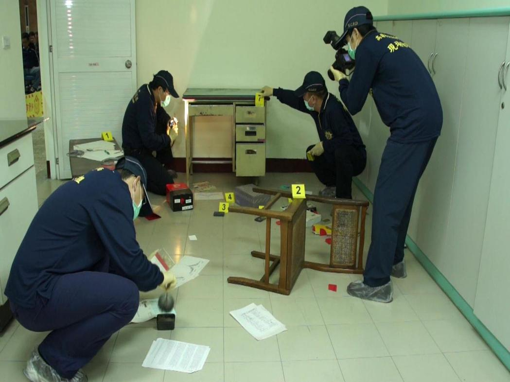 警方鑑識人員分工合作在刑案現場仔細採證。 圖/高雄市警局鑑識中心提供