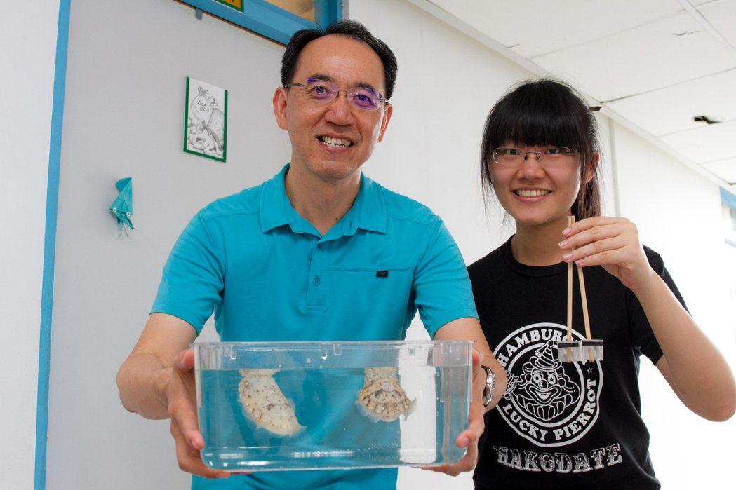 清大教授焦傳金(左)與學生楊璨伊研究證實「烏賊會算術」。 圖/清大提供