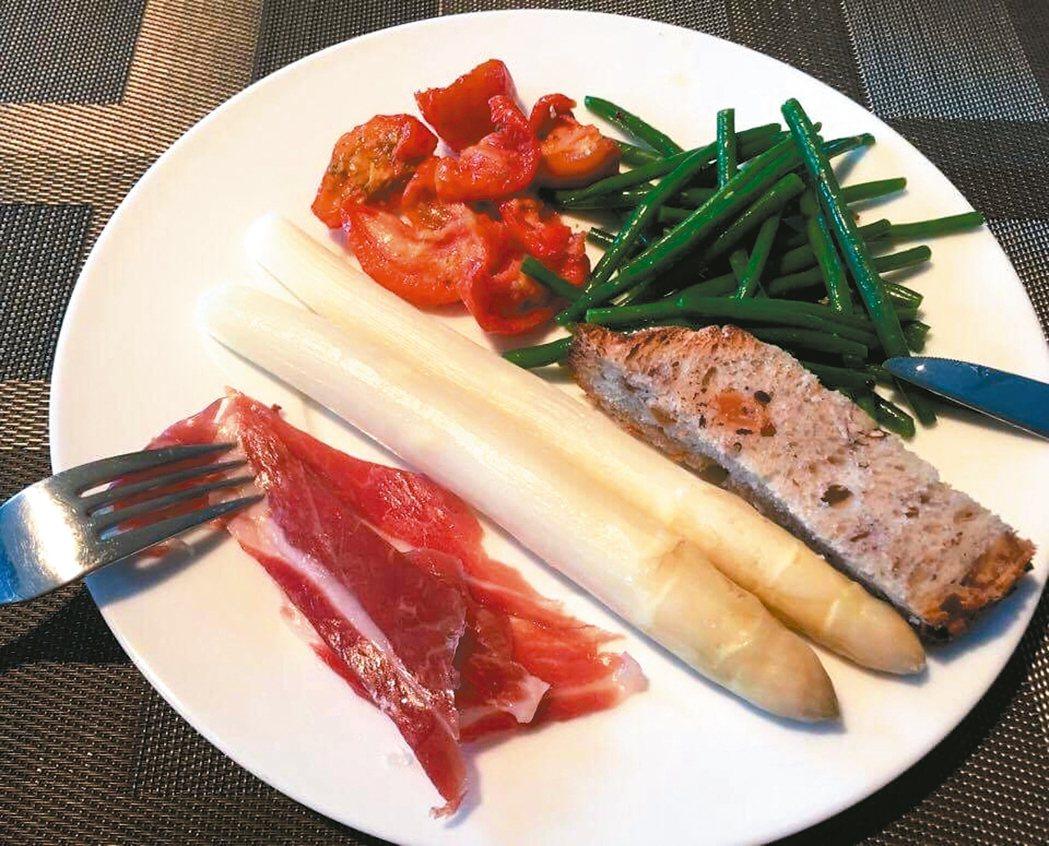 配菜盤中央是超搶眼的白蘆筍,旁邊則有伊比利火腿。 圖/蘇曉音