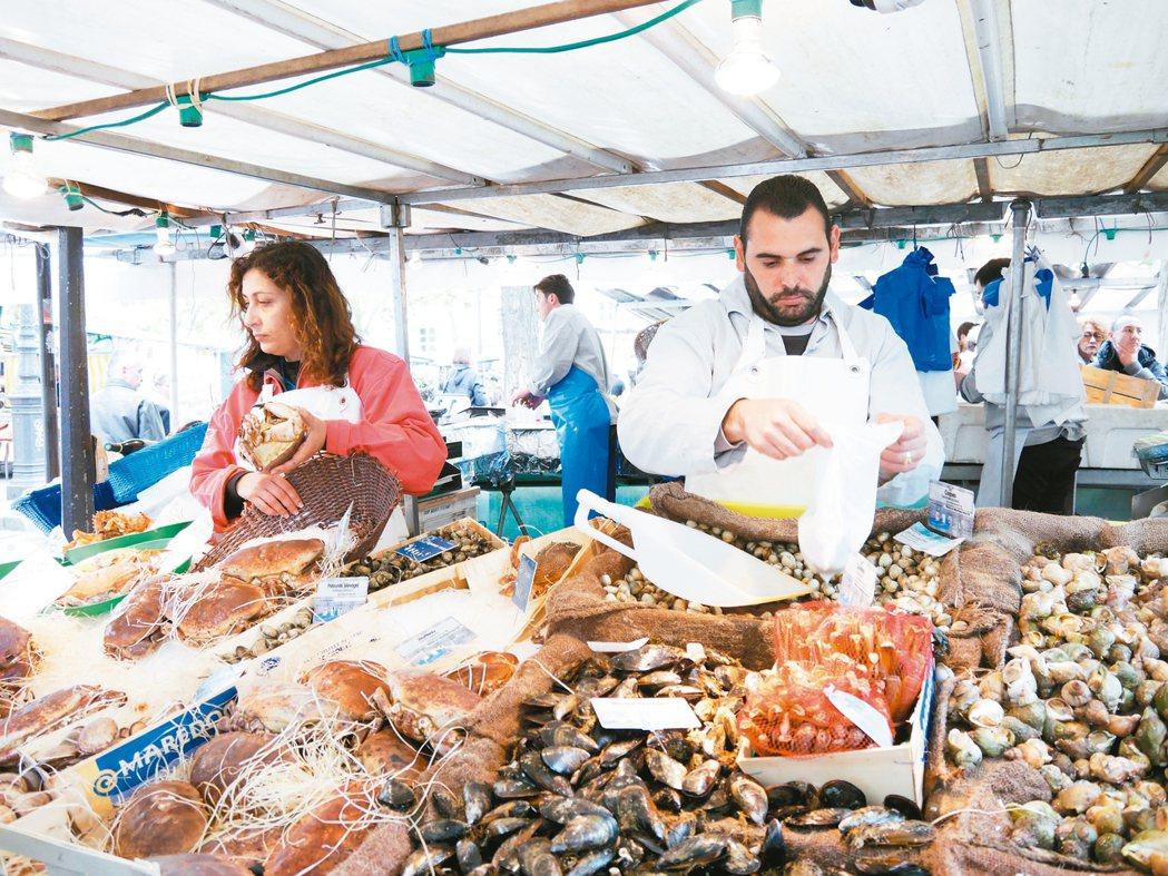 巴士底市場的海鮮是在巴黎市場採買不能錯過的。 圖/蘇曉音