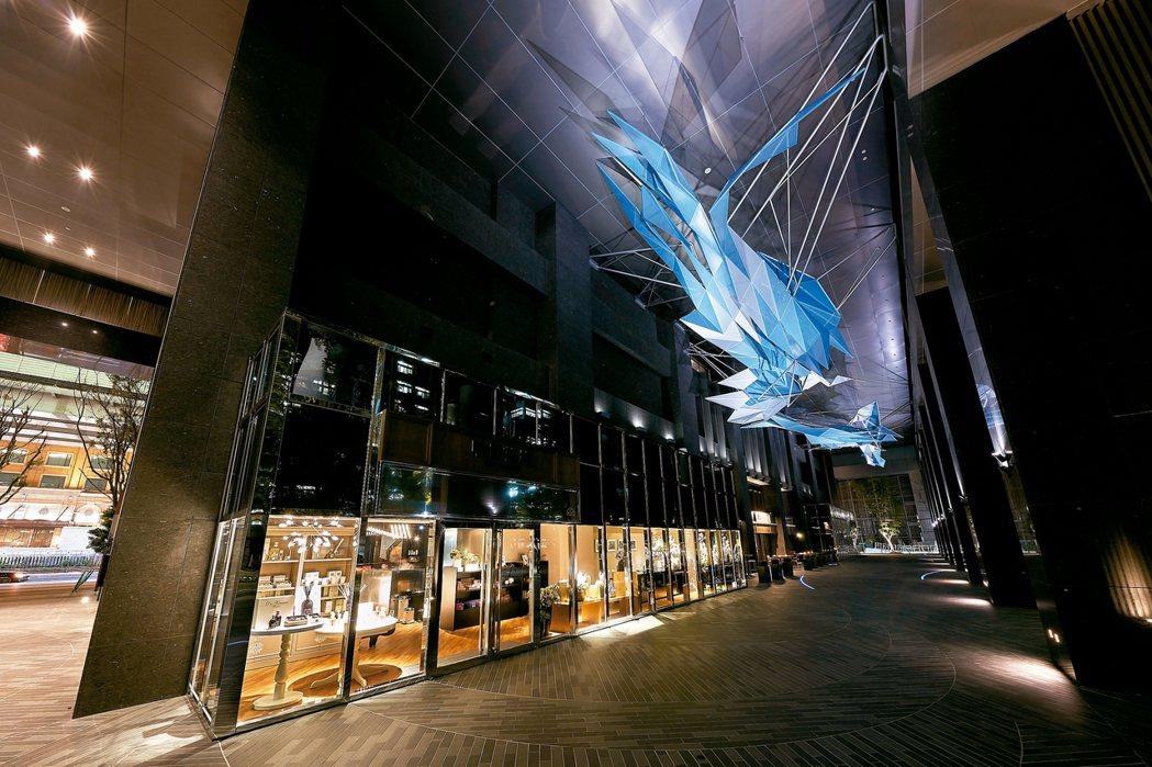 「琉璃雲」是建築師Dwayne Oyler和Jenny Wu的作品,像傳統水晶吊...
