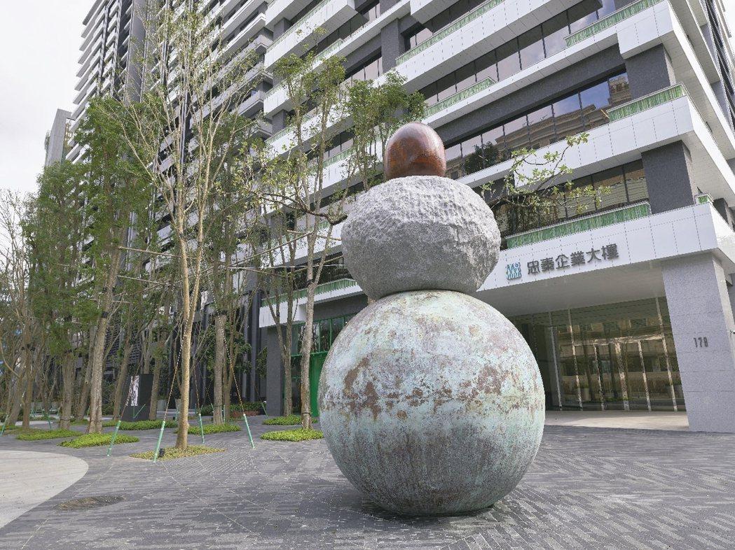 蘭建築師馬可.卡薩格蘭的作品「TheGreat Assistant),以木、石、...