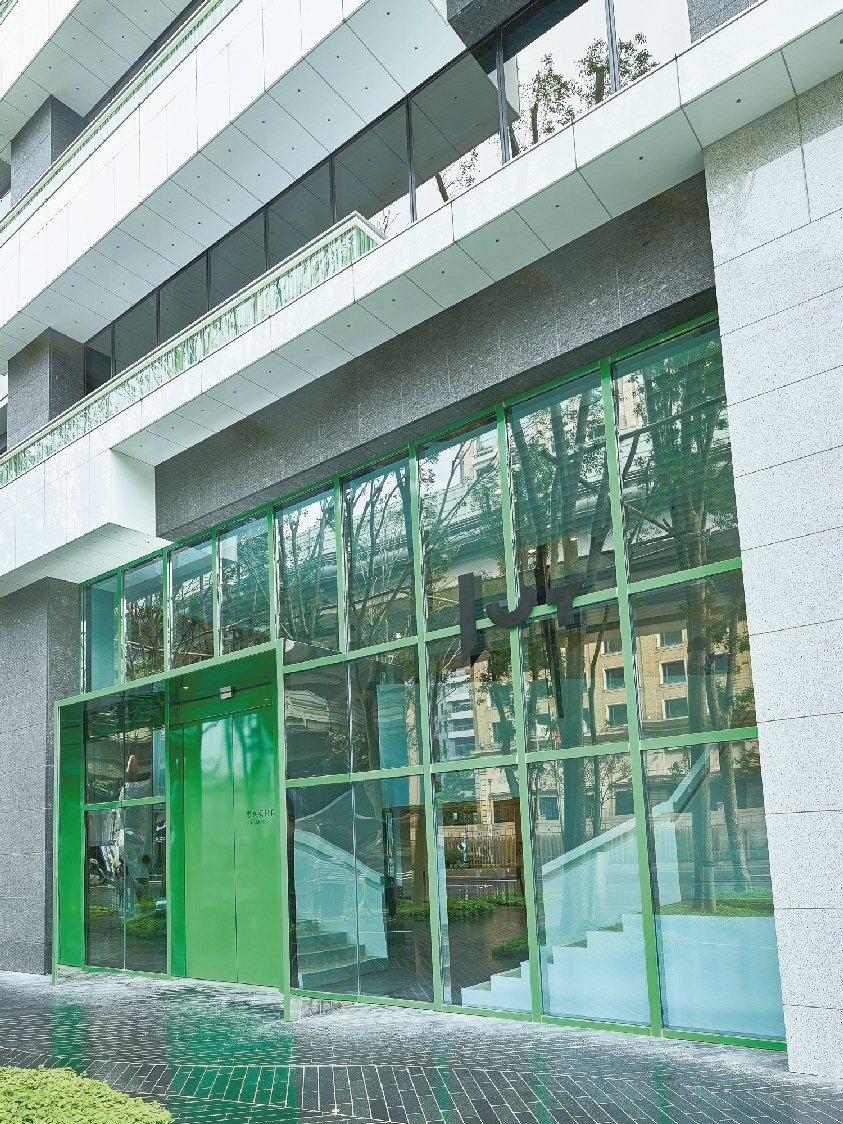 忠泰美術館就在車水馬龍的高架橋下。 圖/陳立凱攝影、忠泰美術館提供
