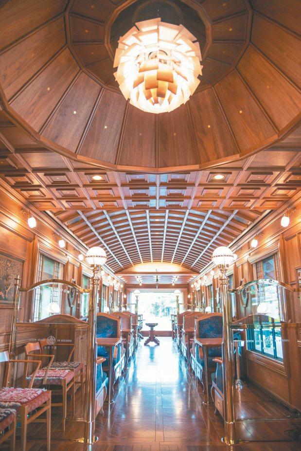 第一節車廂Lounge「藍月亮」裝潢最為華麗,中央吊燈是丹麥國寶級品牌燈具,也是...