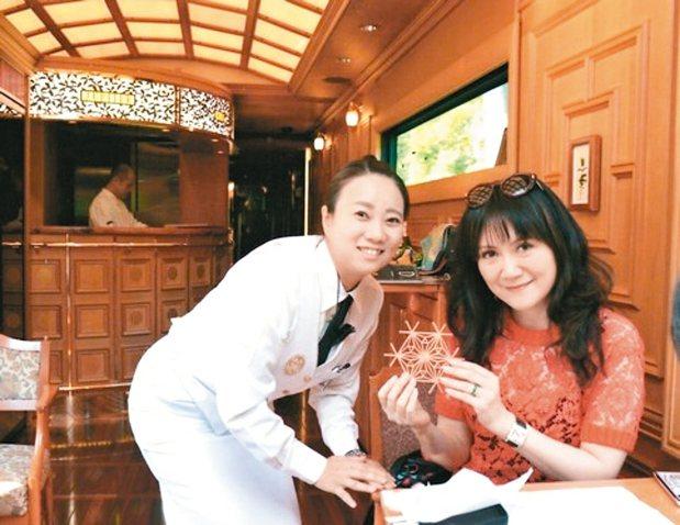 乘務員奧山小姐指導我製作組子杯墊。九州七星乘務員的制服夏季為白色,冬季則會換為黑...