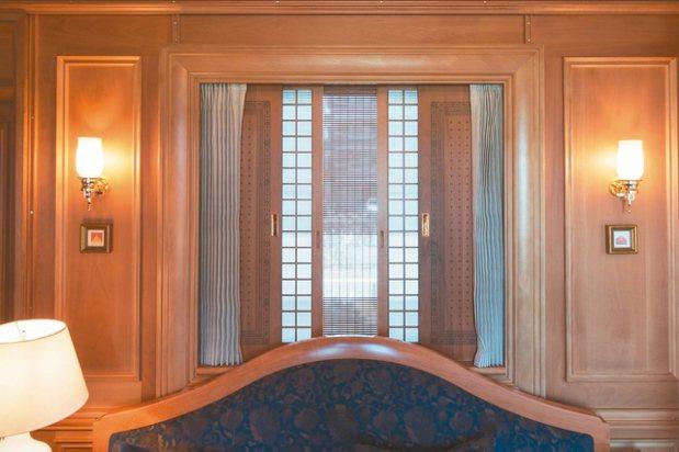僅10公分厚度的窗框空間內,收納了捲簾、帳子門、窗簾與木門四層。 圖/梁旅珠