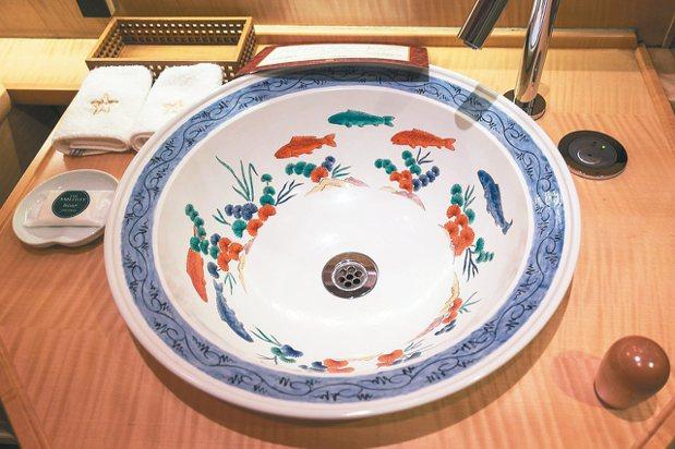 14代酒井田柿右衛門設計的有田燒洗面盆,只有701號室的洗面盆是唯一的圓形「円緣...