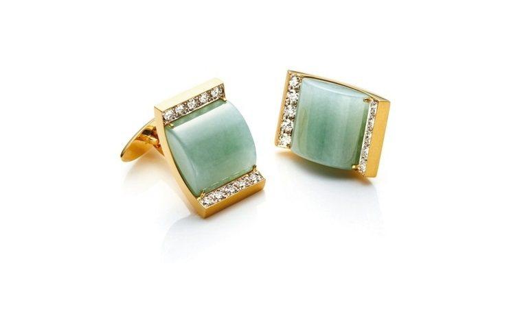 黃K金打造剛中帶柔的線條,鑲嵌翡翠主石,並搭配貴氣鑽石。翡翠被譽為玉石之王,...