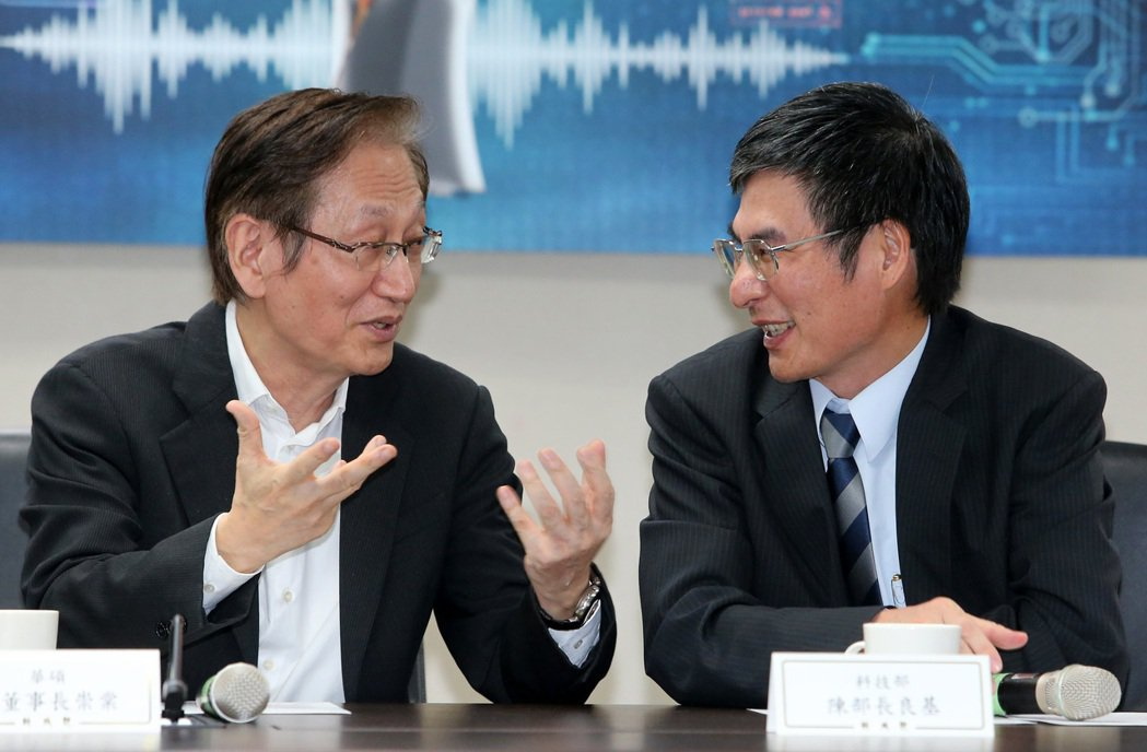 科技部舉行「科技大擂台,與AI對話」記者會,科技部長陳良基(右)與華碩董事長施崇...
