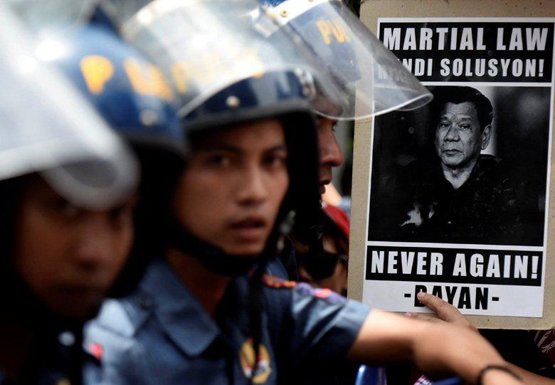 5月23日,菲律賓總統杜特蒂宣佈民答那峨戒嚴後,Lumad一邊北上陳情,一邊表示後悔。 圖/路透社