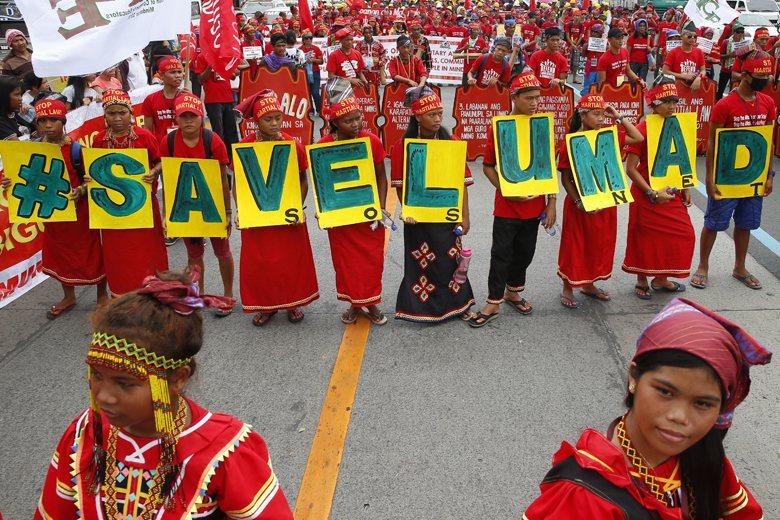 Lumad手持#SAVELUMADL標語陳情。 圖/美聯社