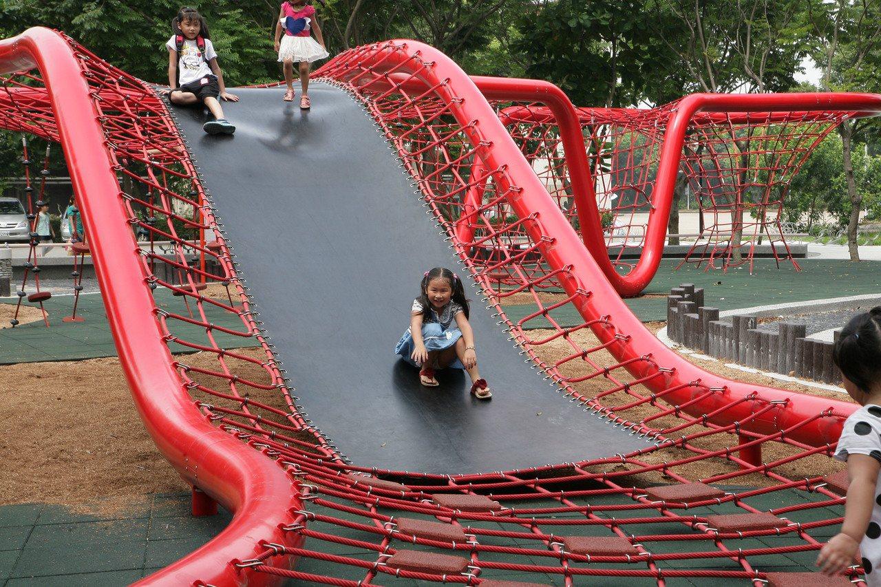 鰲峰山公園引進德國極限運動設施,是親子挑戰極限的最愛。圖/台中市府提供