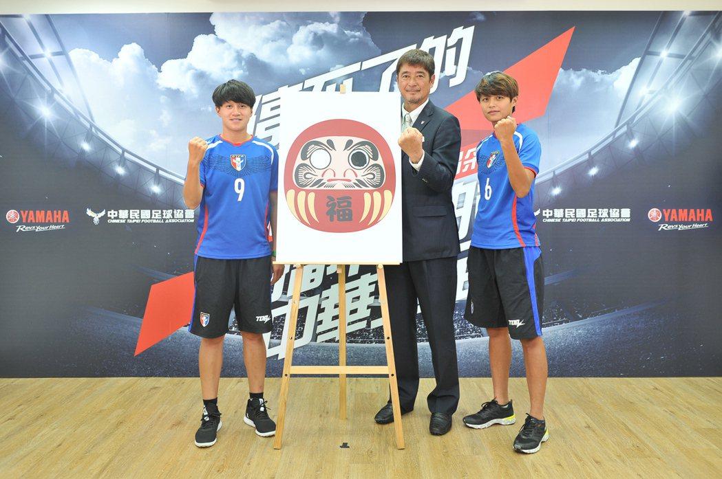 世大運女足代表隊林雅涵(右一)、李綉琴(左)與總教練柳樂雅幸(中)五月時就訂立目...