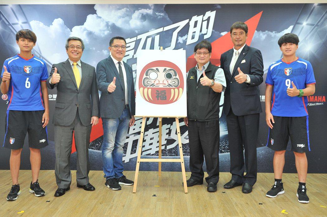 世大運女足代表隊林雅涵(左一)、李綉琴(右一),接收長官們對女足隊的期許,期望大...