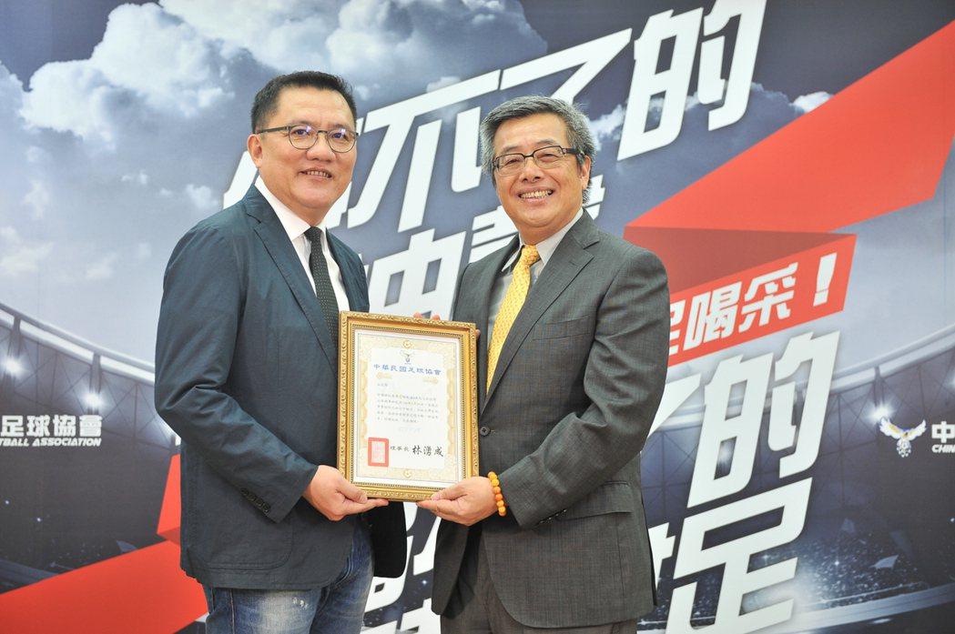 由中華足協理事長林湧成(左)頒發感謝狀給台灣山葉機車副總經理高晴珀(右),感謝贊...