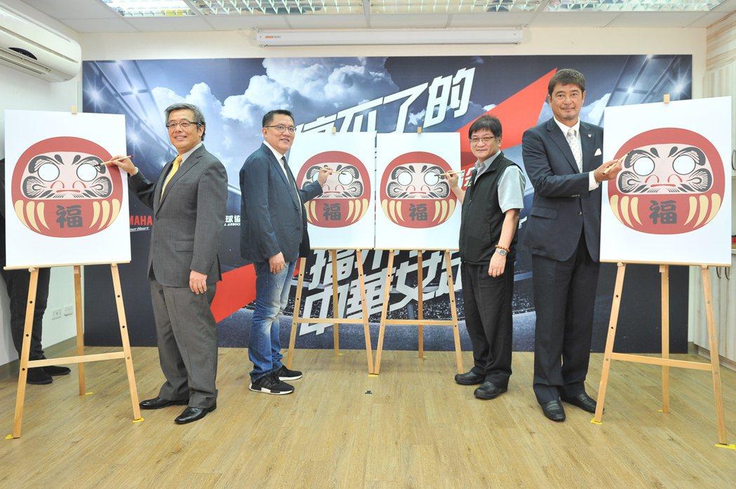 台灣山葉機車副總經理高晴珀(左一)、中華足協理事長林湧成(左二)、體育署競技運動...