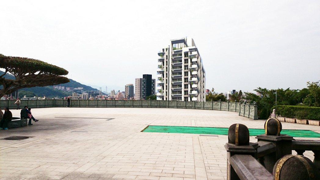 芝山岩惠濟宮廟埕前方即將出現一棟19樓的更新案。 圖/作者自繪
