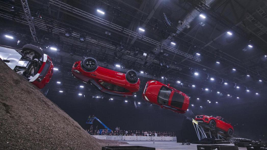 Jaguar E-Pace的270度凌空迴旋世界紀錄。 摘自Jaguar