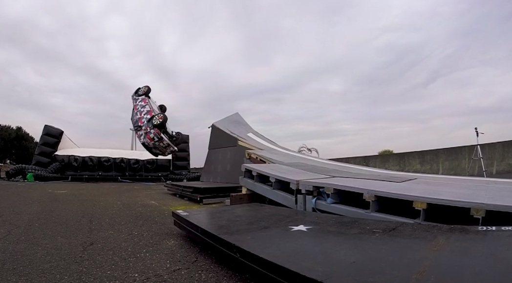 摘自Jaguar E-Pace 凌空迴旋測試影片