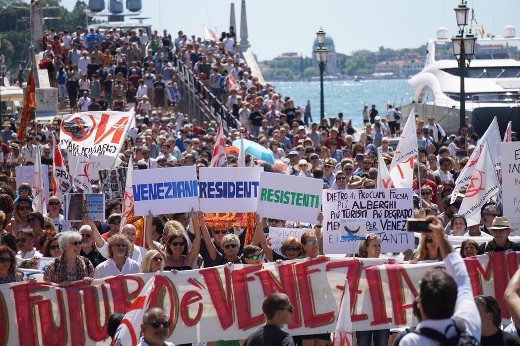 「威尼斯人居民的抗議!」在今年7月初,2000多位威尼斯居民與團體代表聚集在一起...