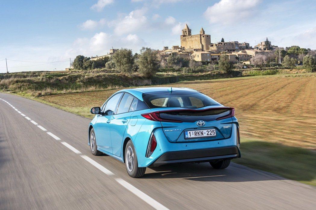 據傳Toyota正在開發固態電池做為新式電動車的動力基礎。圖為Prius Plu...