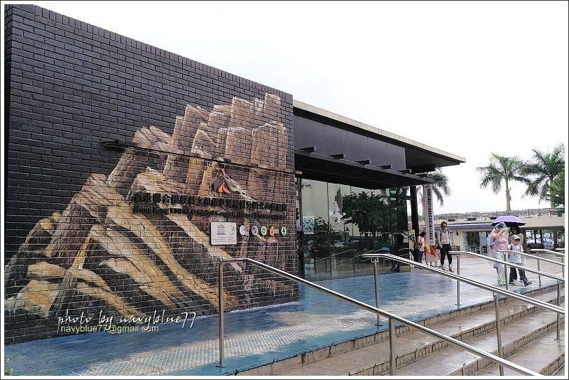 ↑西貢海濱公園裡,有一棟「香港世界地質公園火山探知館」,介紹橋咀洲及萬宜水庫旁的...