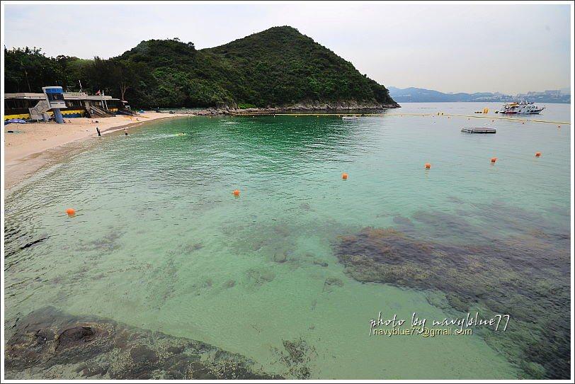 廈門灣的圓弧形沙灘,海水超清澈,因為位於離島,相對香港本島的沙灘,泳客少了許多。