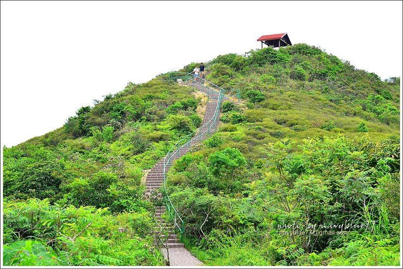 ↑這個坡算是全程比較陡的一段,但登上觀景涼亭,就有超美海景可欣賞。