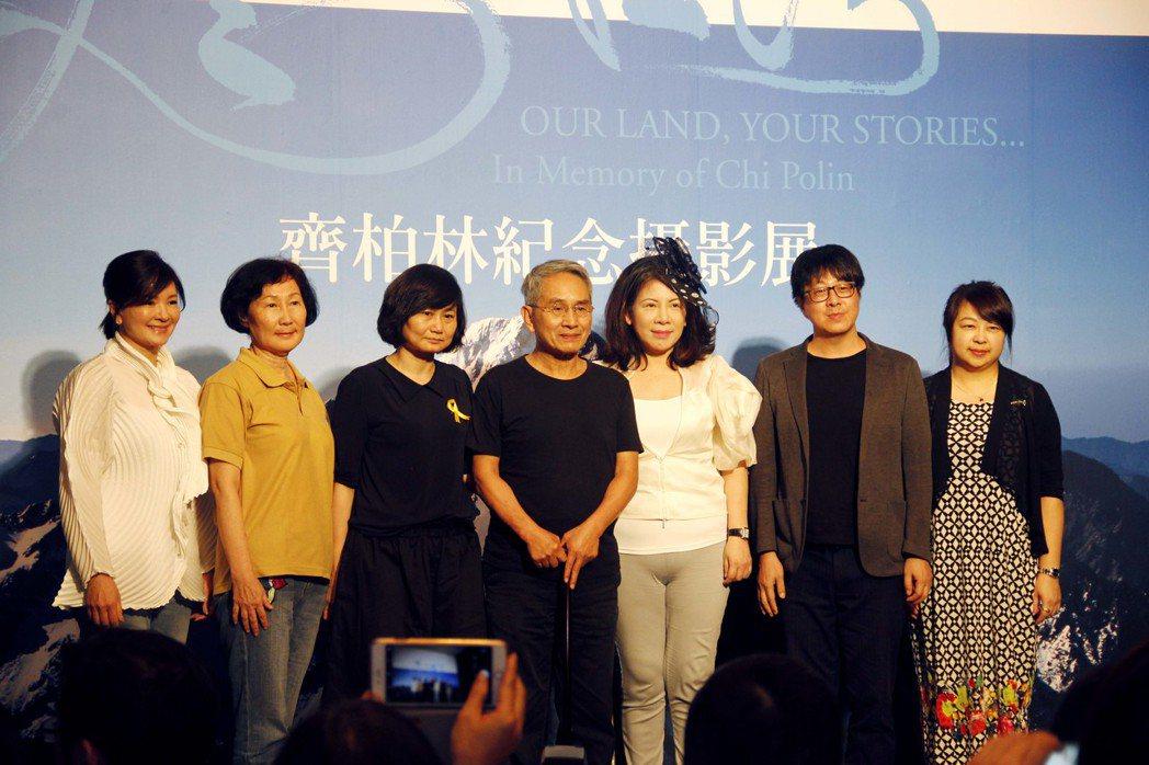 《飛閱台灣──齊柏林紀念攝影展》記者會,林懷民(左四起)、陳文茜出席站台。左一為...