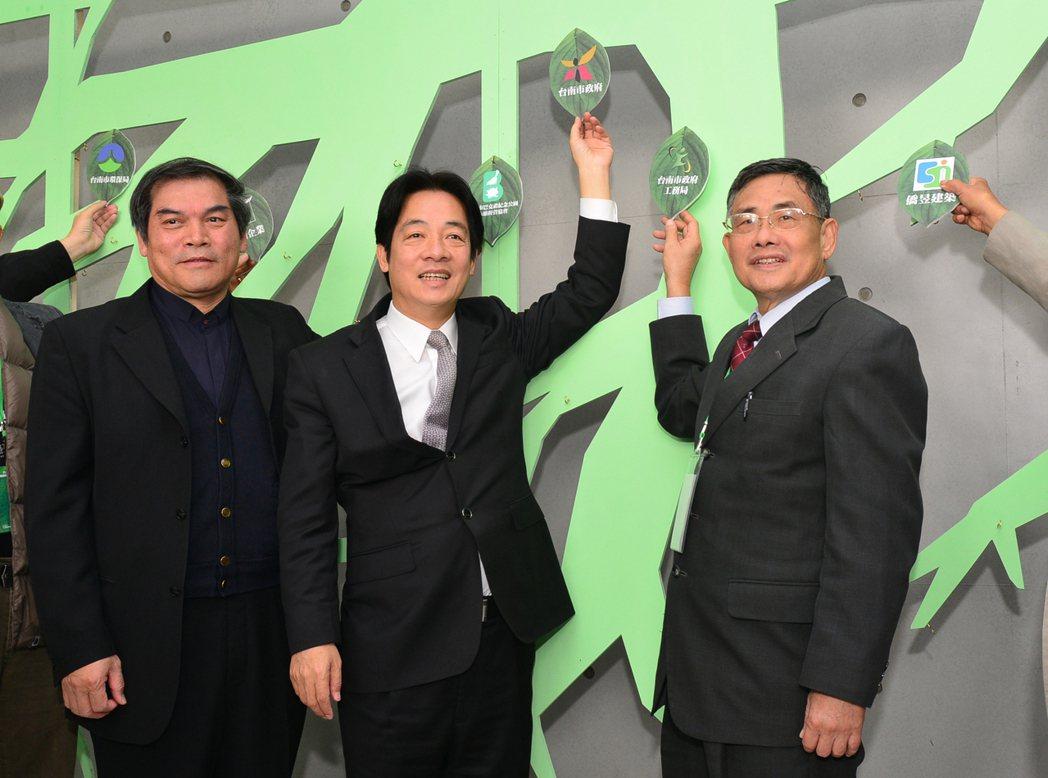 2015年,台南市長賴清德(中)感謝辜寬敏的肯定,也期待黨內總統初選有良性競爭。...