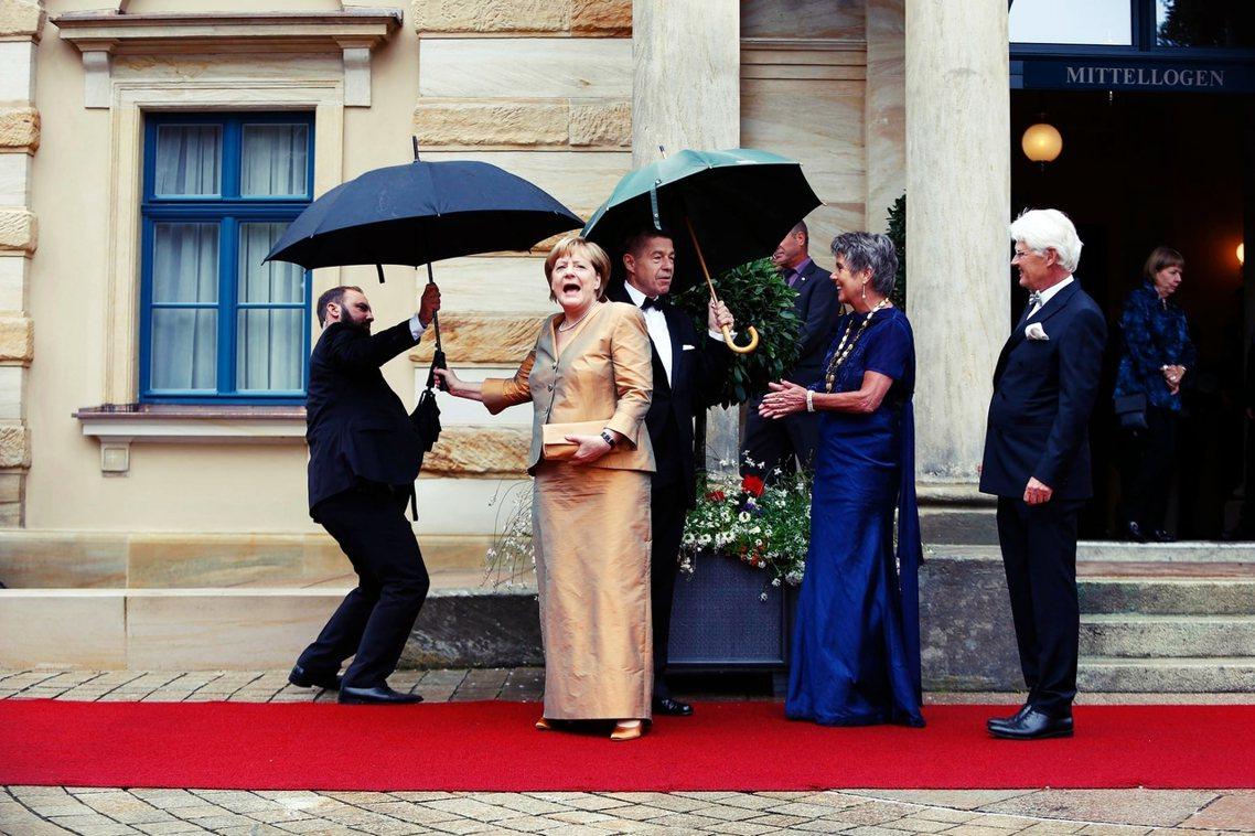 人要衣裝,梅克爾要金裝。在過去,梅克爾曾於2008、2013年的拜魯特開幕紅毯夜...