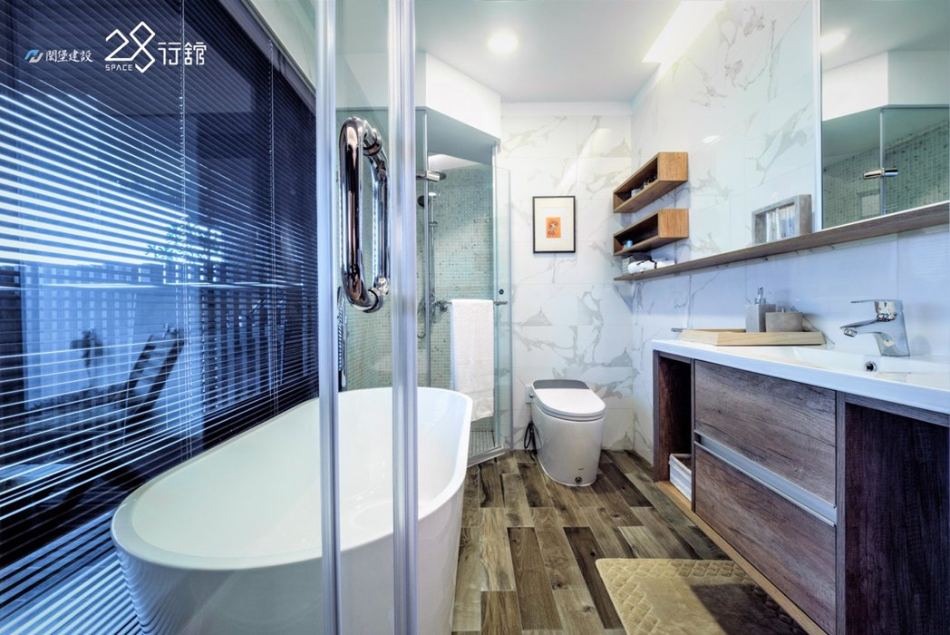 極簡優美五感衛浴,落地窗搭配景觀陽台,將沐浴體驗提升至更高層次。 圖片提供/閎堡...