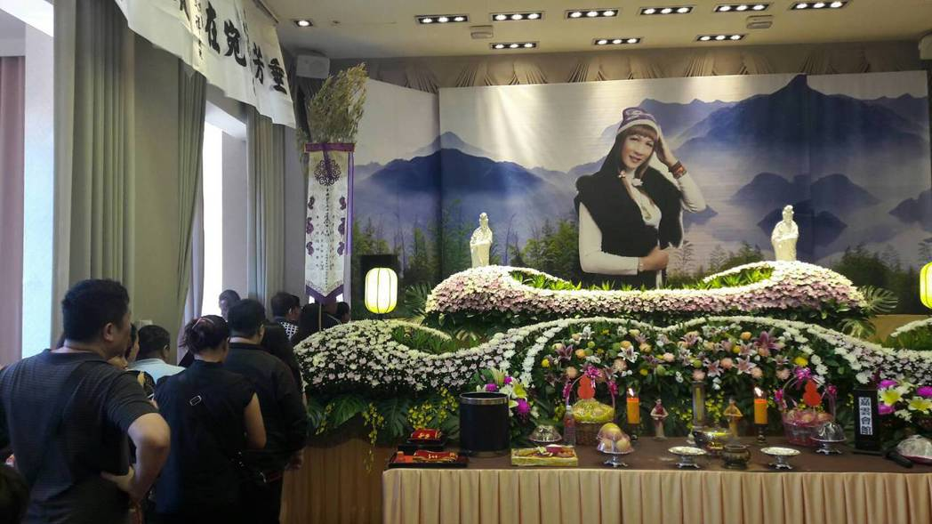 病逝的台灣第一位變性歌手、本名吳俊華的唐飛告別式,今天上午在嘉義縣水上鄉嘉雲寶塔