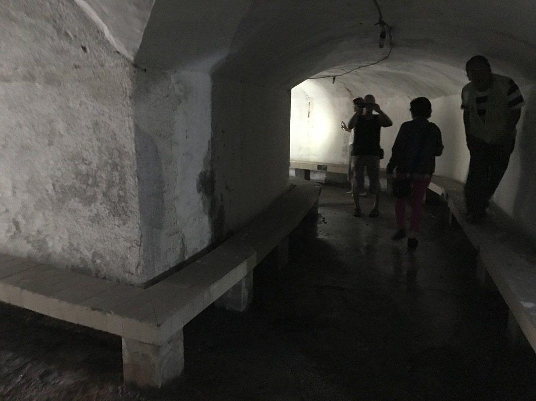 基隆市議員張錦煌會勘中山三路防空洞,想把山洞牛肉麵的味道找回來。記者吳淑君/攝影