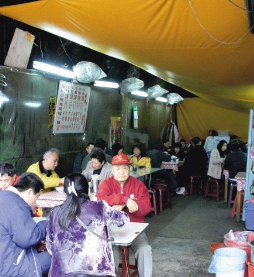 早年的山洞牛肉麵,裡頭冬暖夏涼,常有遊客慕名而來,體驗躲防空洞、吃牛肉麵的滋味。...