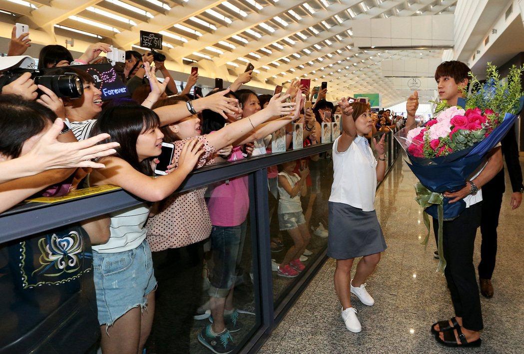 南韓藝人黃致列(右)27日傍晚搭機抵達桃園機場,數百名粉絲聚集入境大廳熱情接機。...