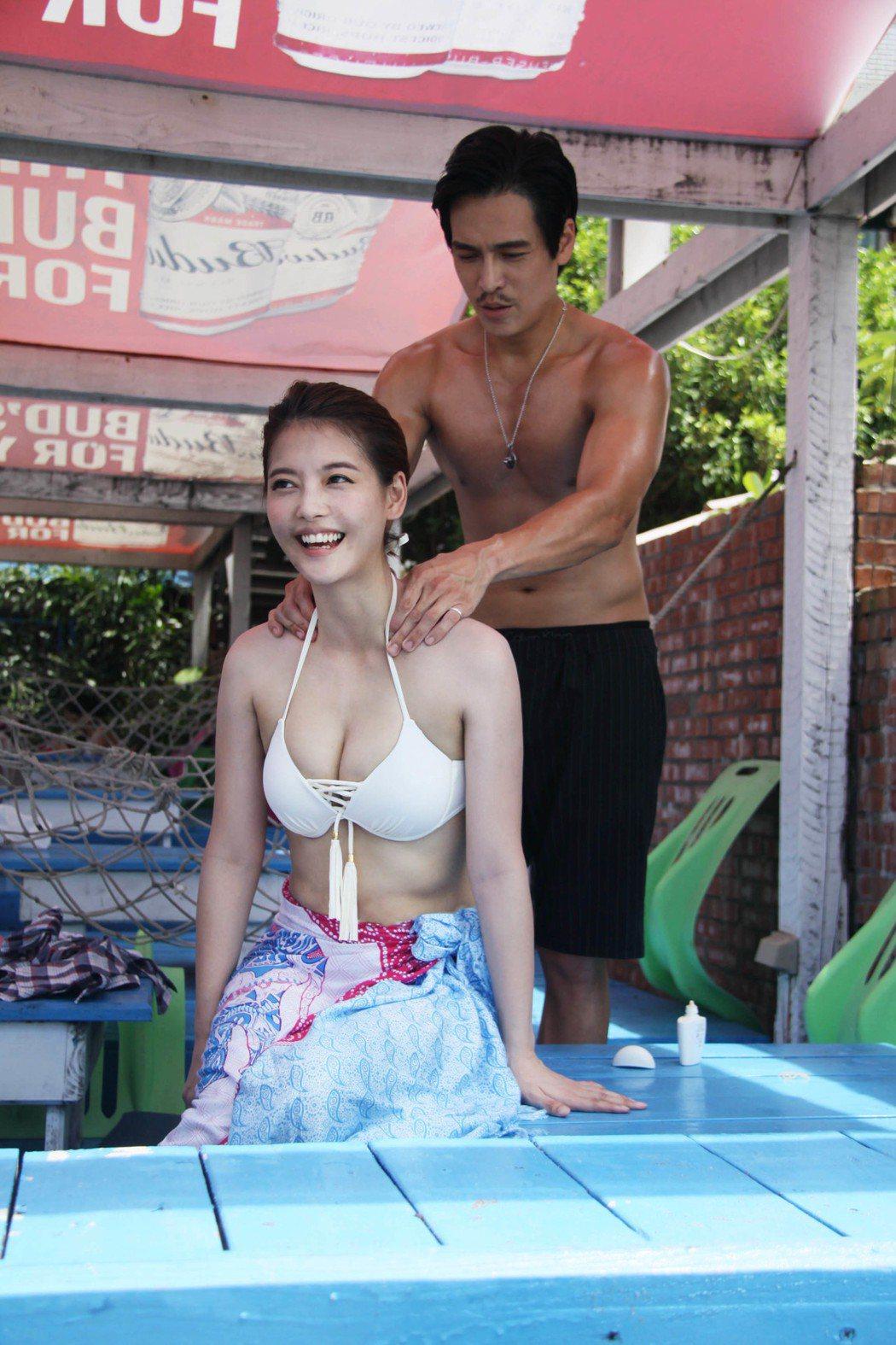 Gino加碼幫王樂妍按摩肩頸。圖/民視提供