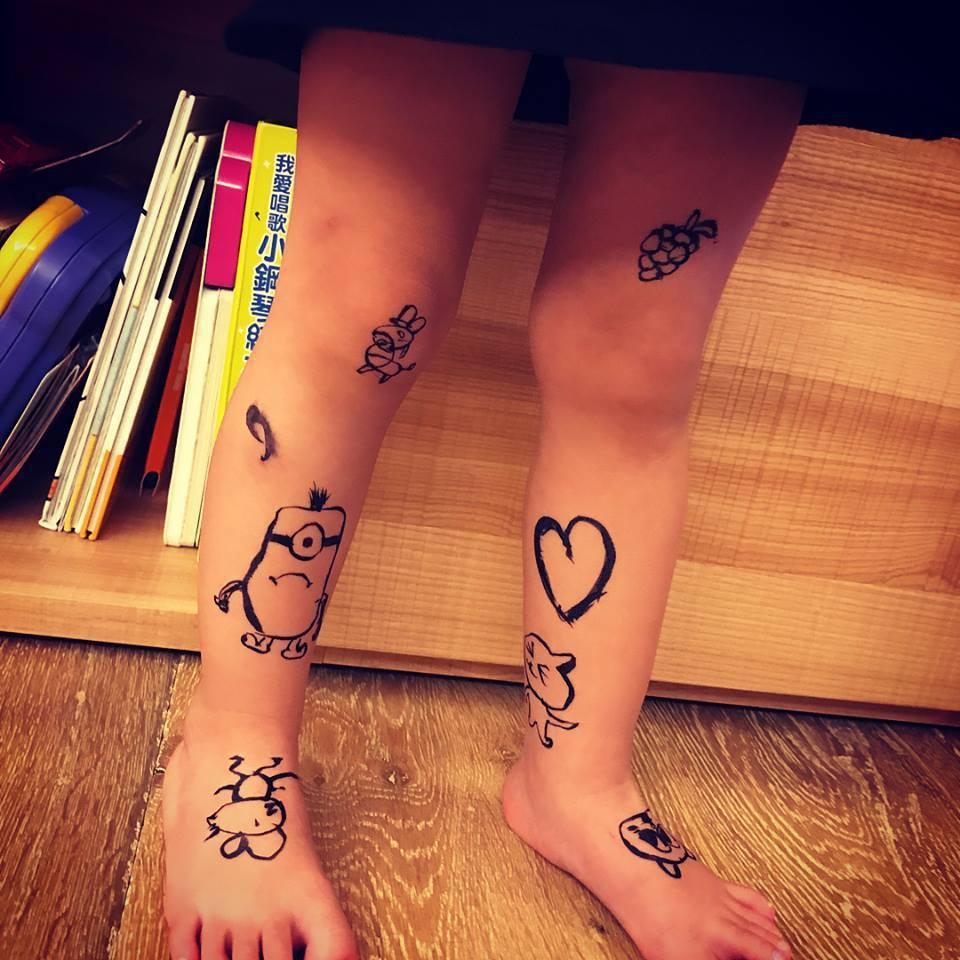 咘咘雙腿被爸爸畫滿插圖。圖/摘自臉書