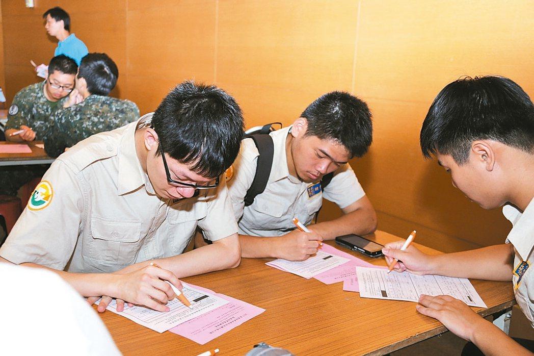 新北市勞工局昨天公布,透過求職媒合和諮詢,新北市青年失業率為六都最低。 記者王敏旭/攝影