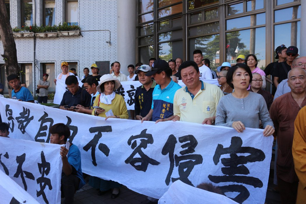 議員也來拉白布條,聲援宗教團體。 記者李蕙君/攝影