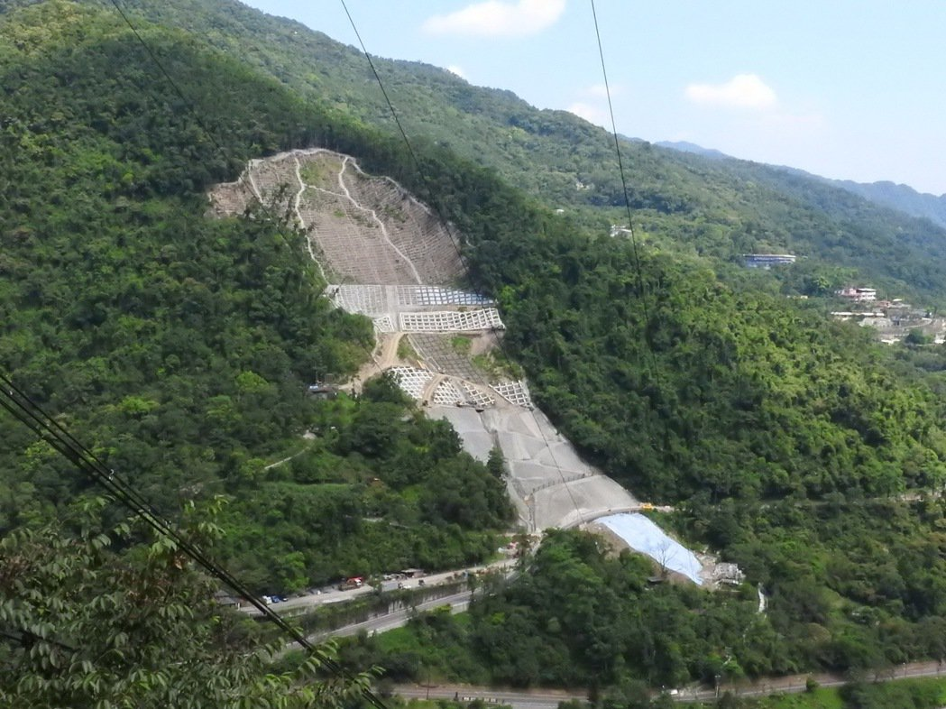 烏來北107之1線3公里上方邊坡,前年因蘇迪勒颱風嚴重坍塌,雖挺過6月初豪雨來襲...