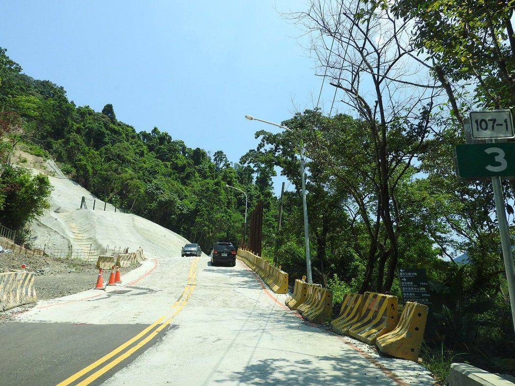 烏來北107之1線3公里上方邊坡,前年因蘇迪勒颱風嚴重坍塌,道路搶通後有明顯的高...