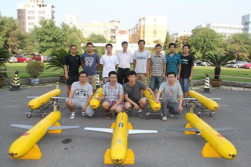 「海翼」號水下滑翔機及其研究團隊。 (中國科學院官網)