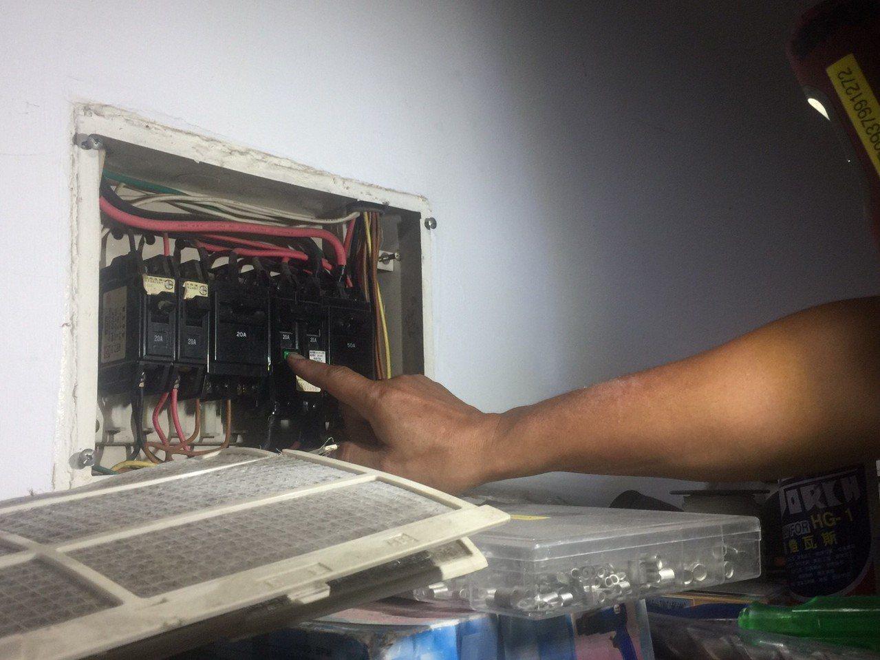 颱風逼近,民眾可自我檢測漏電斷路器是否運作正常。 記者郭宣彣/攝影