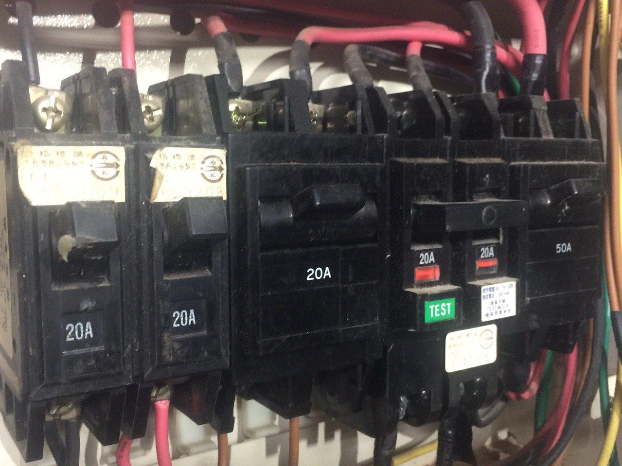 漏電斷路器經過按下綠色斷電按鍵測試後,正常功能會讓把手跳到一半位置,進行斷電;若...